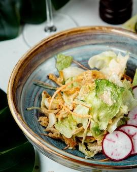 Salada de ervas com rabanete