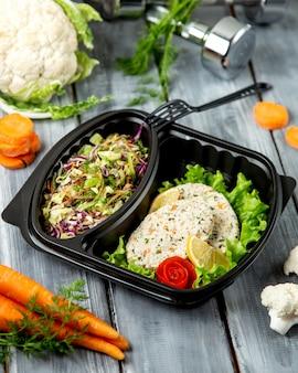 Salada de ervas fatiada e costeletas