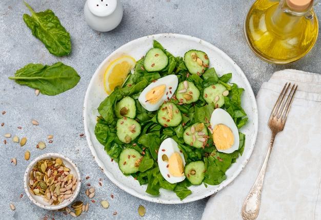 Salada de espinafre com pepinos, ovos e sementes
