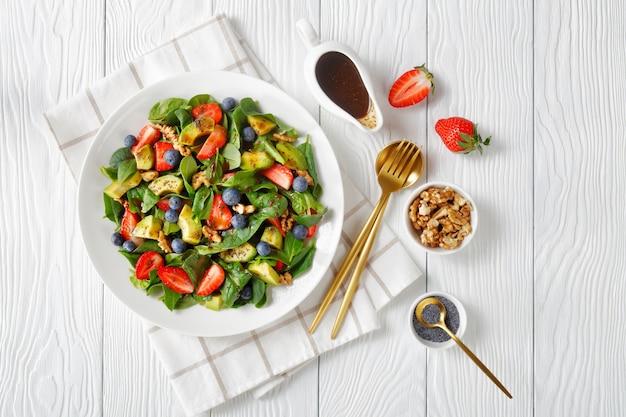 Salada de espinafre, nozes, abacate, morango e mirtilo com vinagre balsâmico e molho de sementes de papoula
