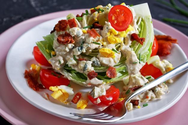 Salada de fatia de iceberg com molho de queijo azul