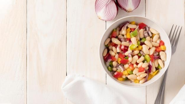 Salada de feijão com cópia espaço