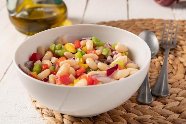 Salada de feijão com vista frontal