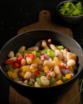 Salada de feijão deliciosa na tigela