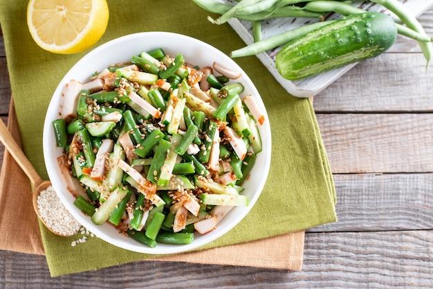 Salada de feijão verde com frango e pepino. almoço farto, saboroso. vista superior, copie o espaço