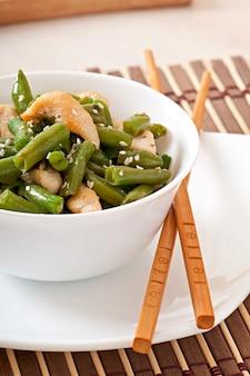 Salada de feijão verde com frango em estilo chinês