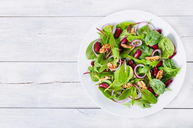 Salada de feijão vermelho com mistura de folhas de alface e nozes