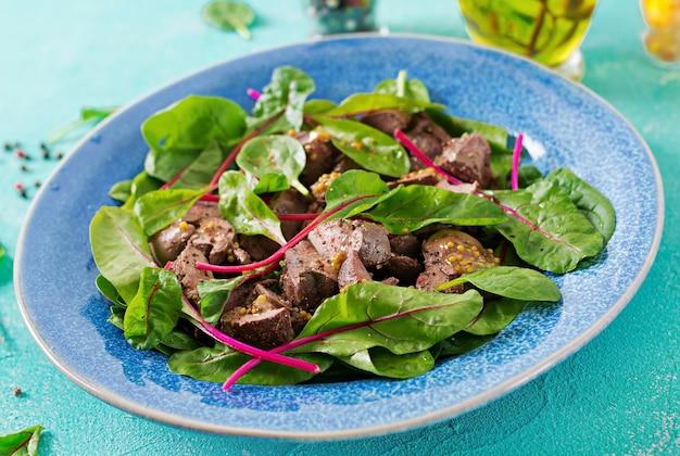 Salada de fígado de galinha e folhas de espinafre e acelga.