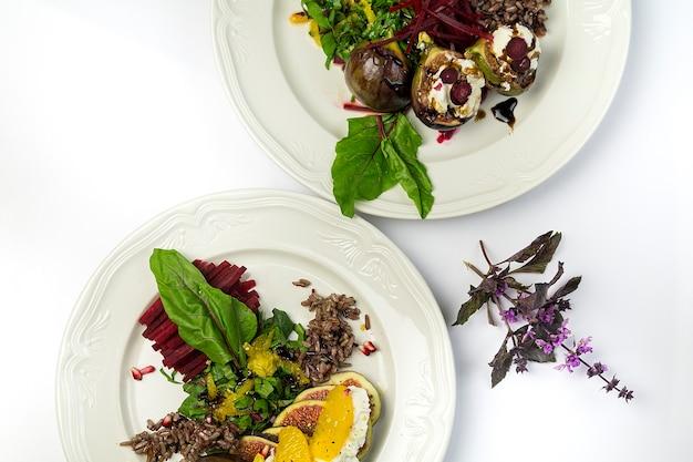 Salada de figo com queijo de cabra e beterraba, em dois pratos brancos