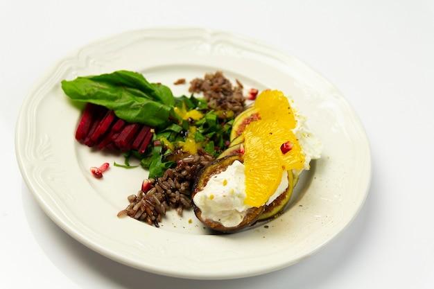 Salada de figo com queijo de cabra e beterraba, em prato branco