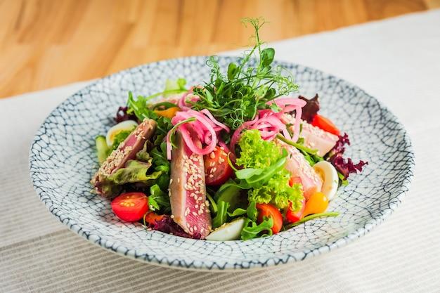 Salada de filé de atum com alface e legumes