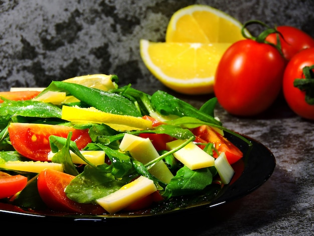 Salada de fitness delicioso com tomate cereja rúcula e queijo parmesão.