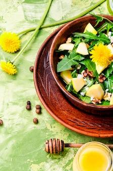 Salada de flores de dente de leão de verão