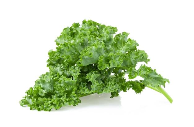 Salada de folhas de couve vegetal isolada no fundo branco Foto Premium