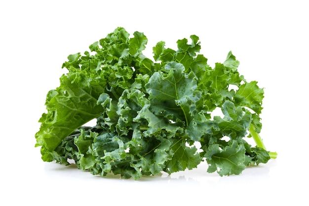 Salada de folhas de couve vegetal isolada no fundo branco