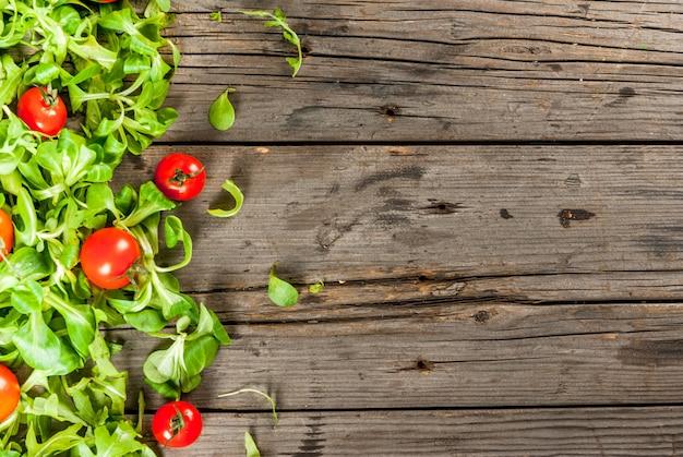 Salada de folhas e tomates