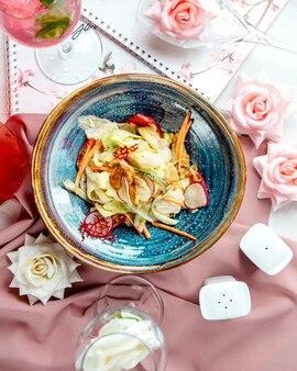 Salada de frango com cenoura rabanete e alface vista superior