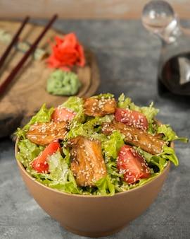 Salada de frango com gergelim em cima da mesa