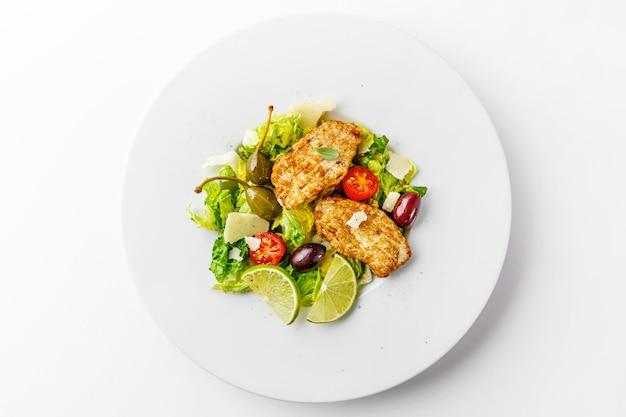 Salada de frango com legumes e azeitonas