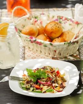 Salada de frango com legumes em cima da mesa