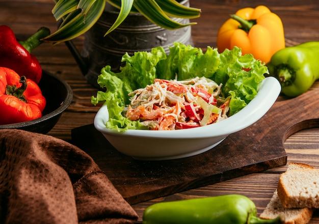 Salada de frango com pimentão em maionese em cima da mesa