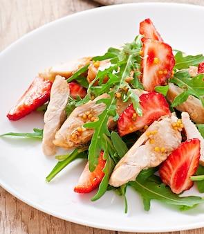 Salada de frango com rúcula e morangos
