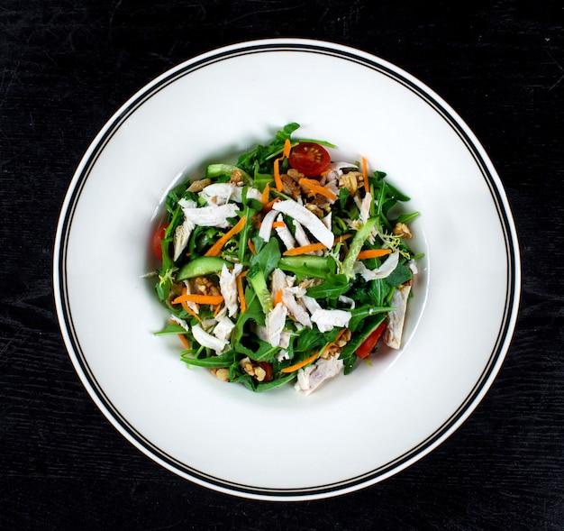 Salada de frango com rúcula e nozes