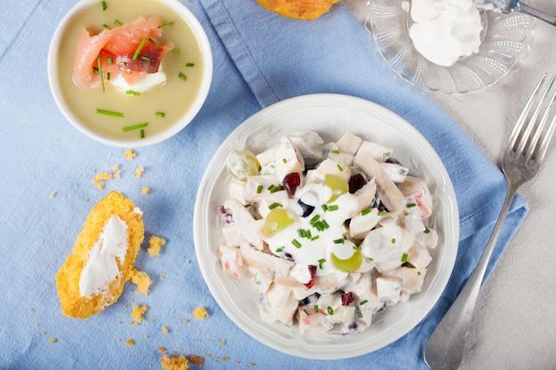 Salada de frango com uvas, maçãs e cranberries