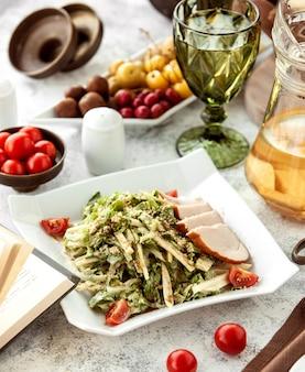 Salada de frango defumado com alface, tomate cereja, nozes e queijo