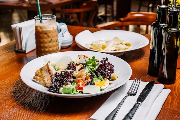 Salada de frango grelhado com alface parmesão tomate ovo pão recheio e molho