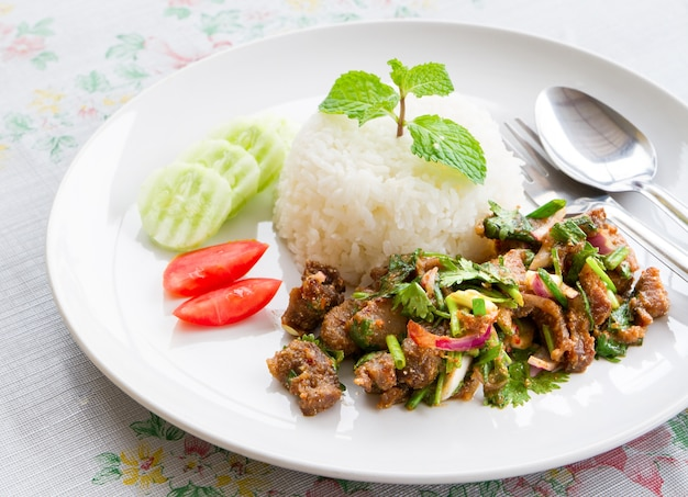 Salada de frango picante e arroz