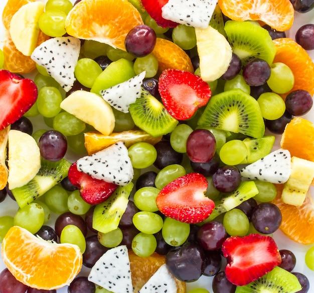 Salada de fruta fresca saudável no fundo branco. vista superior. fundo da fruta