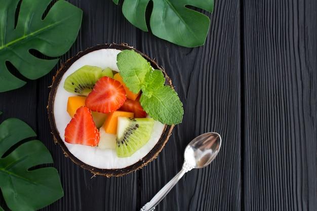 Salada de frutas ao meio coco