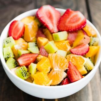 Salada de frutas coloridas na tigela