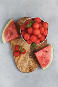 Salada de frutas com bolas de melancia e hortelã. suco de vitamina vegetariano de melancia fresca.