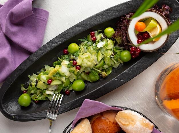 Salada de frutas com ganância e groselha
