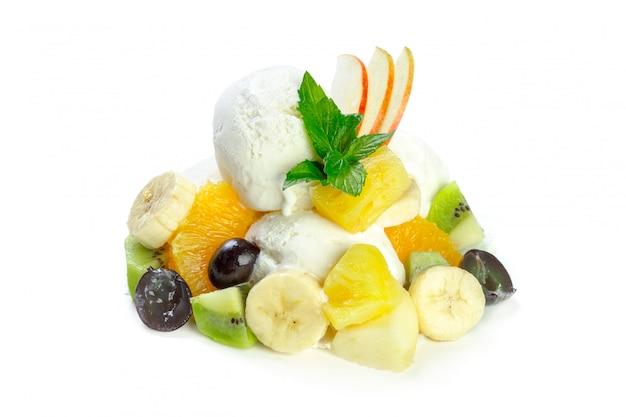 Salada de frutas com sorvete de baunilha
