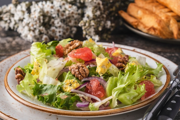 Salada de frutas com toranja, queijo, alface e nozes