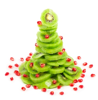 Salada de frutas da árvore de natal com kiwi e romã.