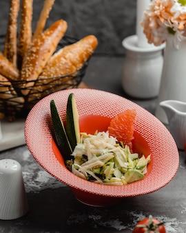Salada de frutas e legumes em cima da mesa