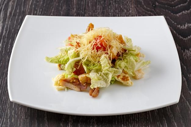 Salada de frutas e vegetais com carne