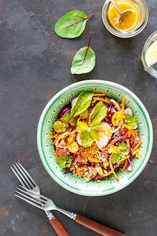 Salada de frutas e vegetais frescos em um prato