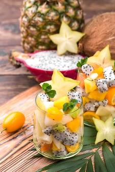 Salada de frutas em alta vista de vidro