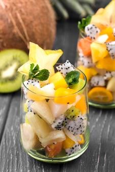 Salada de frutas em copo e metade de kiwi