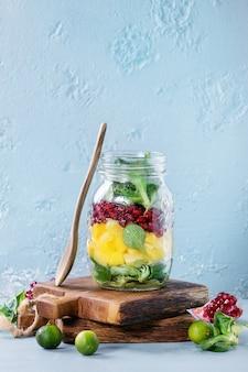 Salada de frutas em pote de vidro