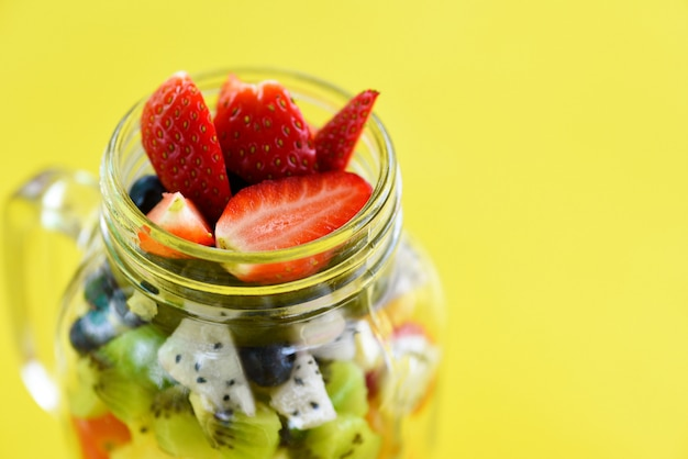 Salada de frutas em uma jarra de vidro frutas frescas e vegetais de verão
