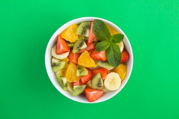 Salada de frutas em uma tigela de cerâmica branca