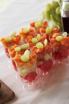 Salada de frutas em uma xícara