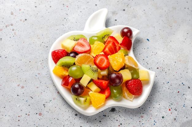 Salada de frutas frescas e frutas vermelhas, alimentação saudável