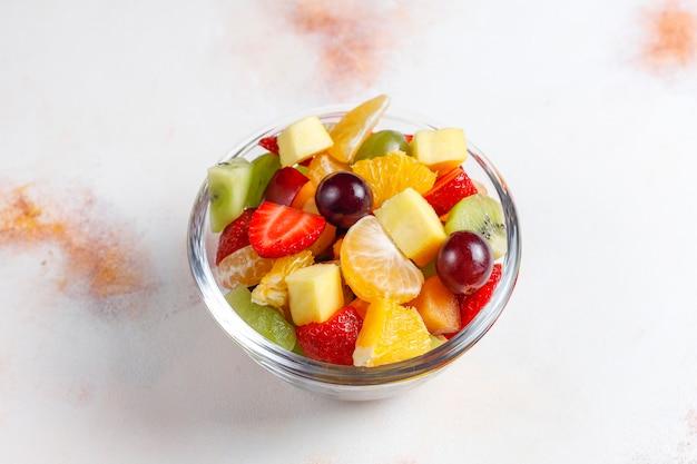 Salada de frutas frescas e frutas vermelhas